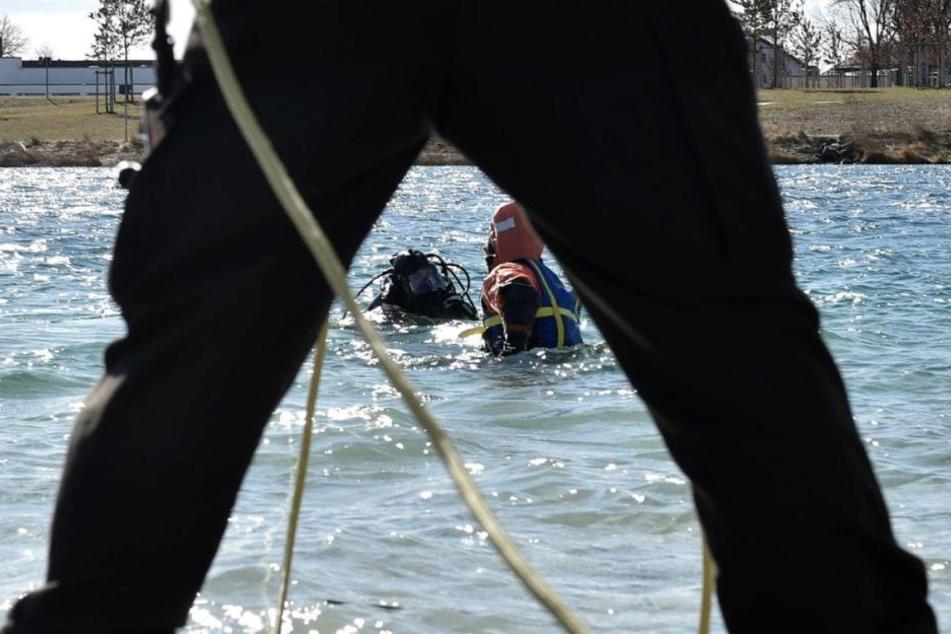 Taucher der Feuerwehr bargen den Körper aus dem Riemer See. (Symbolbild)
