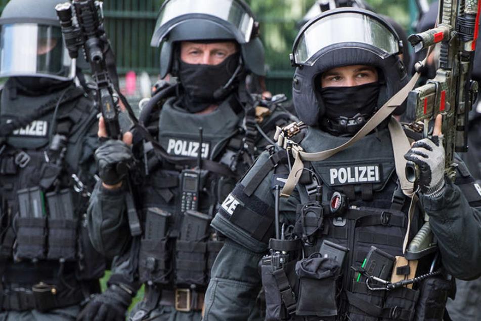 Beamte einer SEK-Einheit in voller Montur. (Symbolbild)