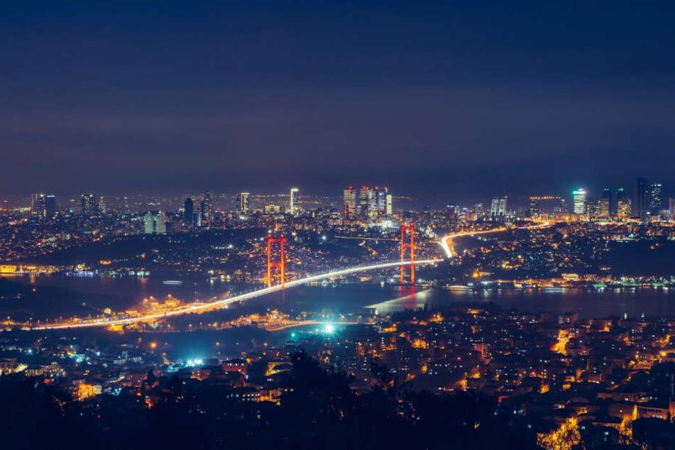 Istanbul bei Nacht: In der Stadt leben rund 16 Millionen Menschen.
