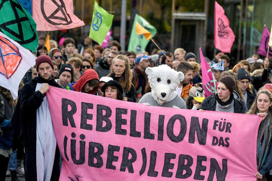 """Aktivisten der Bewegung """"Extinction Rebellion"""" demonstrieren in der Innenstadt."""