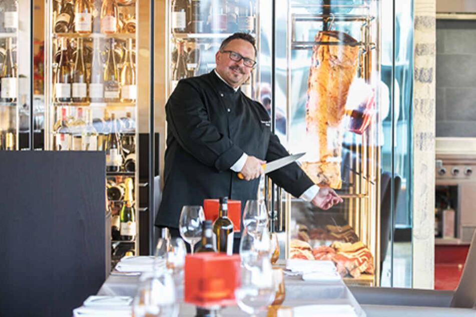 Der Hingucker im Restaurant: Restaurant-Leiter Andreas Artur Sauer (53) zeigt  stolz seinen Wein- und Fleischschrank.
