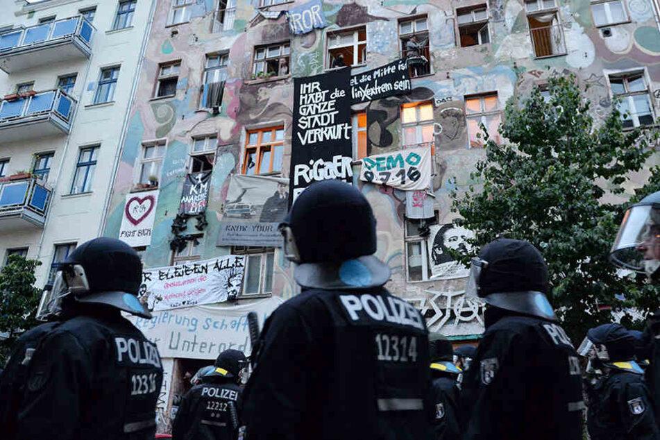 Polizisten bei einer Demonstration in der Rigaer Straße.