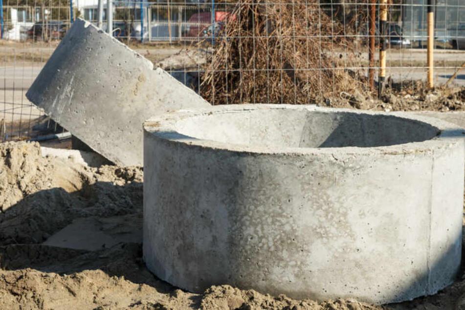 Von so einem oder so einem ähnlichen Beton-Schachtring ist der junge Mann getroffen worden. (Symbolbild)