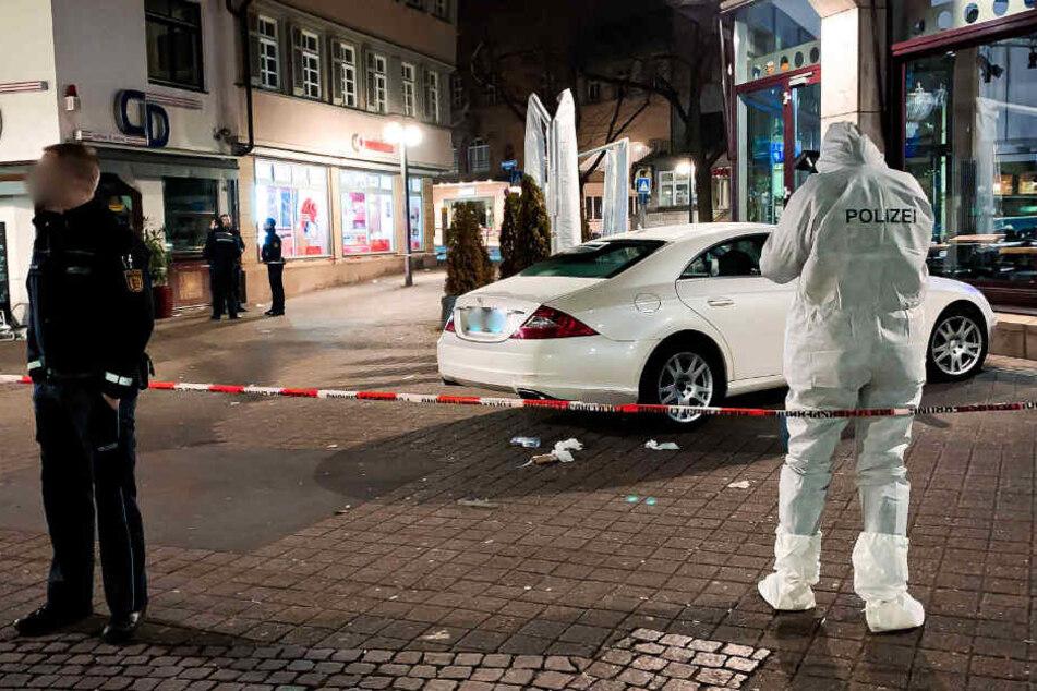 Mann mit einem Messer in Bauch gestochen und lebensgefährlich verletzt: Täter ist auf der Flucht