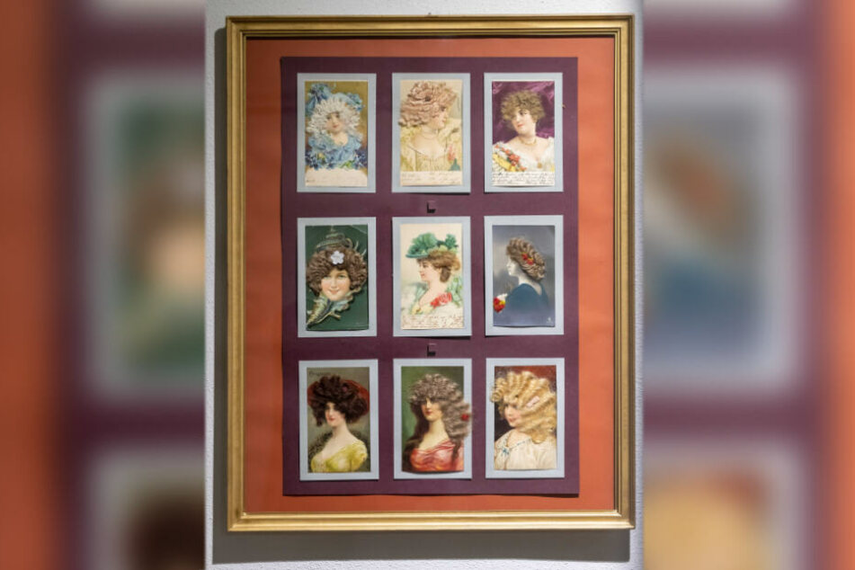 Postkarten in der Ausstellung zeigen, welche Frisuren vor rund 200 Jahren im Trend waren.