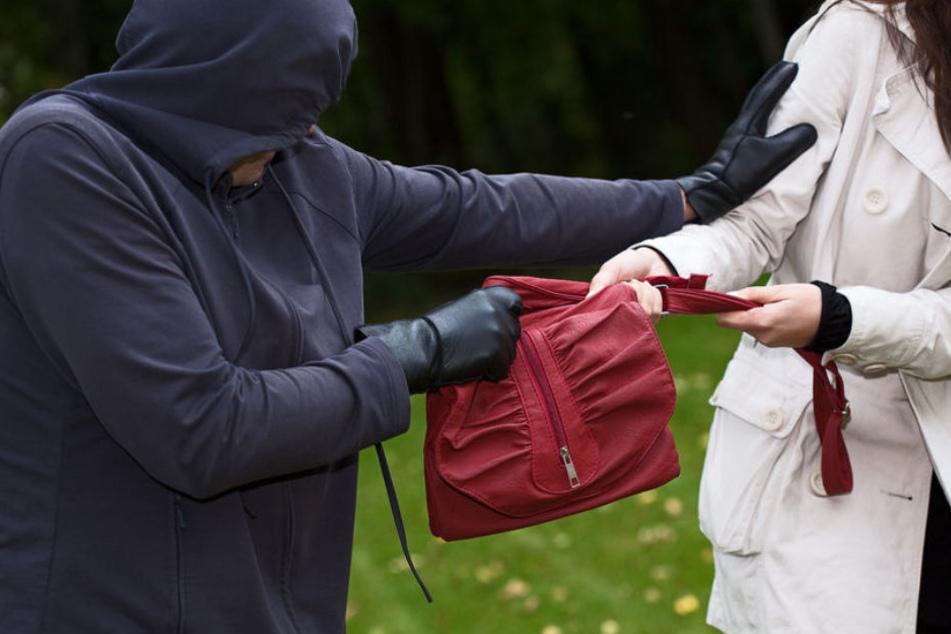Der Räuber riss der Frau die Handtasche aus der Hand. (Symbolbild)