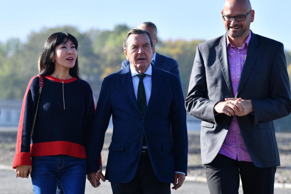 Händchen haltend gingen die beiden durch die Gedenkstätte.