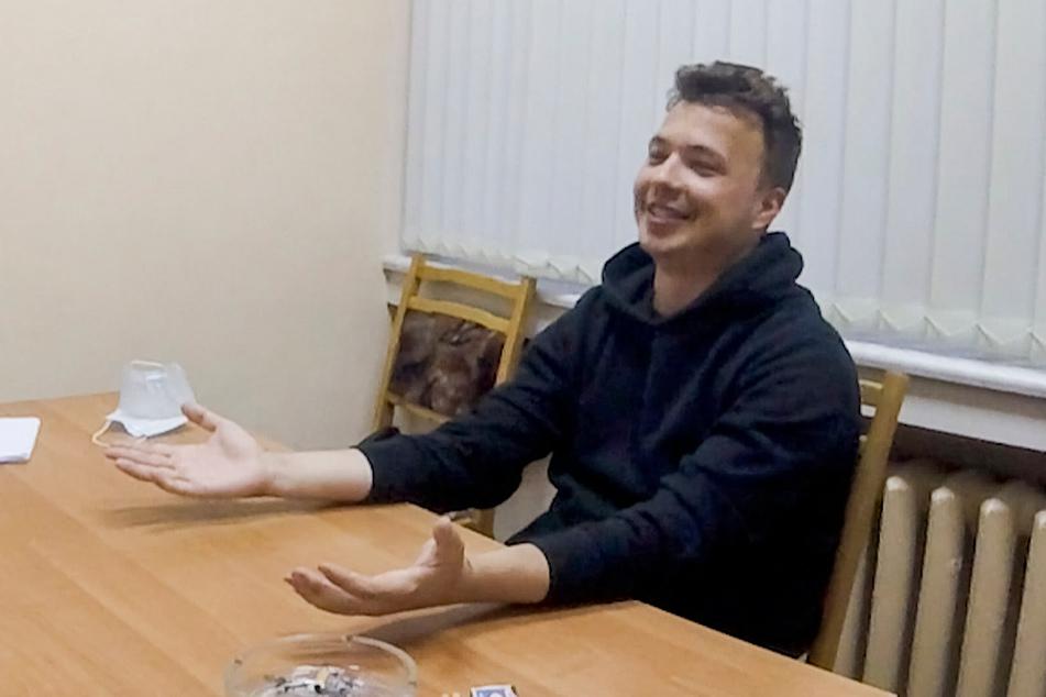 Das vom belarussischen ONT-Kanal zur Verfügung gestellte Videostandbild zeigt den Aktivisten und Blogger Roman Protassewitsch, der an einem Tisch sitzt.