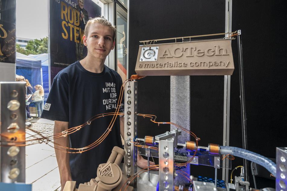 """""""ACTech""""-Azubi Nico Christoph (21) präsentierte die Murmelbahn, die in einem Unternehmenswettbewerb den zweiten Platz belegte."""
