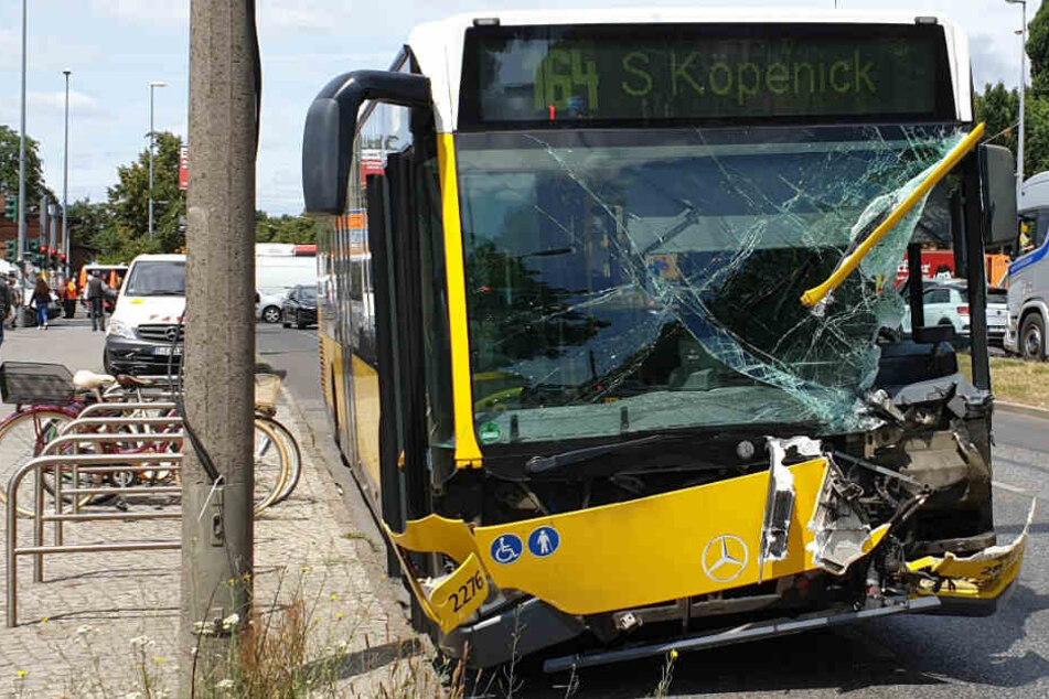 Der schwer beschädigte Bus steht am Straßenrand.