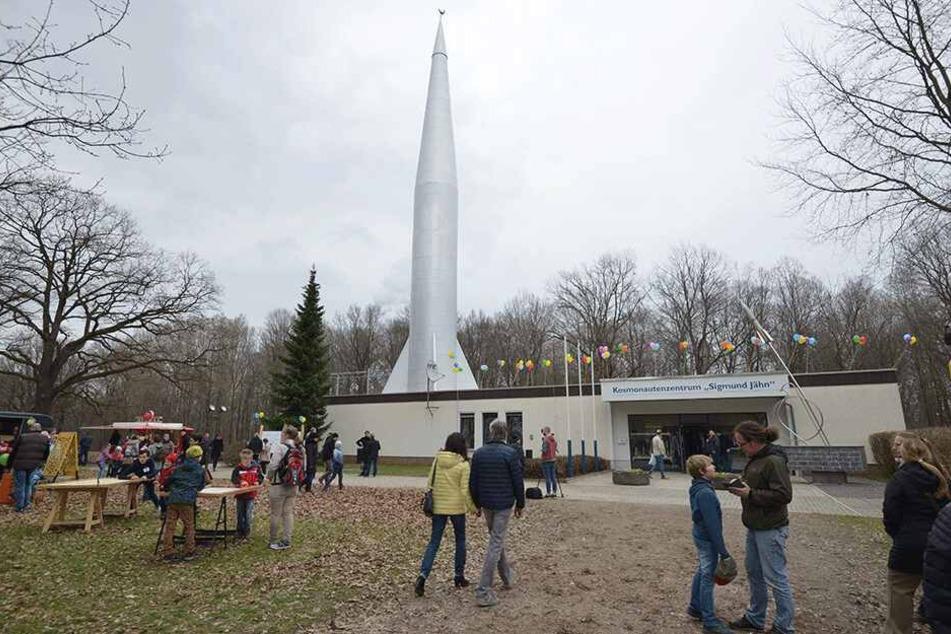 Viele Chemnitzer kamen zum Kosmonautenzentrum im Küchwald, um mit Sigmund Jähn zu feiern.