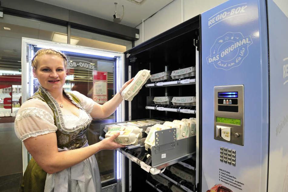 Mehrmals pro Woche wird die Box, in die 900 Eier passen, von Landwirtin Sarah Kretzschmar aus Gersdorf beliefert.