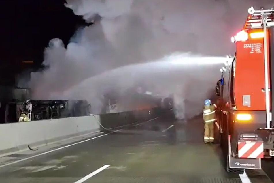 Dieses von einem Zeugen zur Verfügung gestellte Foto zeigt Feuerwehrleute während der Löscharbeiten nach einer Massenkarambolage auf einer Autobahn Richtung Youngcheon, Provinz Nord-Gyeongsang, 301 Kilometer südlich von Seoul.