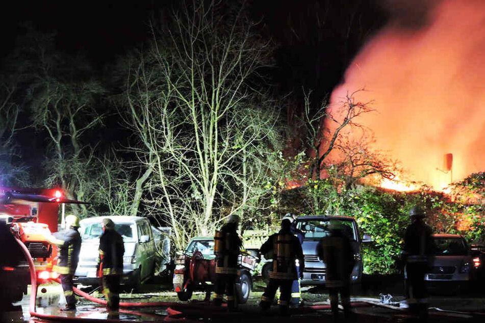 Meterhohe Flammen: Feuerwehr kommt nicht an Brand ran