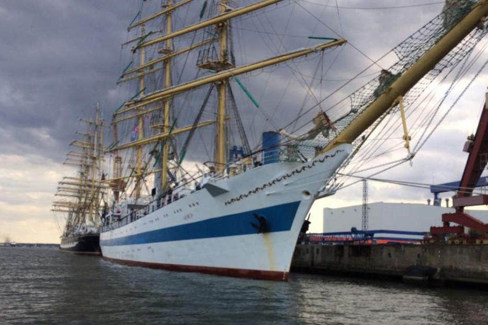 """Das Segelschiff """"MIR"""" muss im Hafen bleiben."""