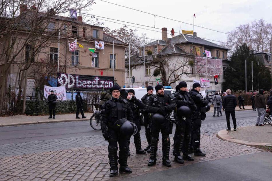 SEK holt Aktivisten vom Dach: Wie geht's jetzt weiter mit den Neustadt-Häusern?