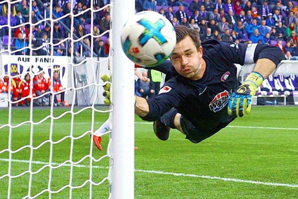 Martin Männel bot beim 1:1 gegen  Armina Bielefeld eine tolle Vorstellung. Auch diesen Ball lenkte er mit einer  tollen Flugparade um den Pfosten.