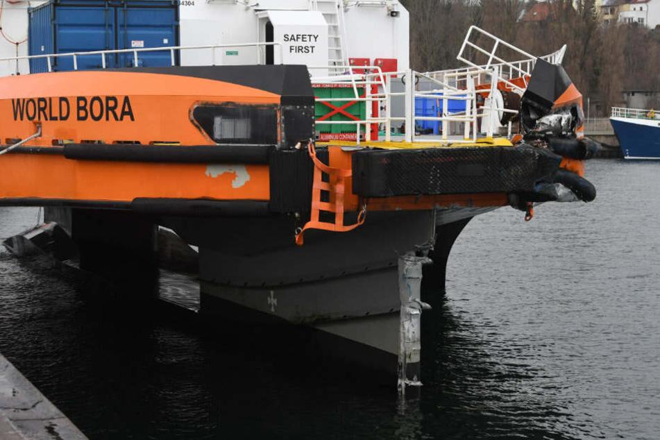 """Die """"World Bora"""" liegt nach dem Schiffsunglück im Stadthafen von Sassnitz."""