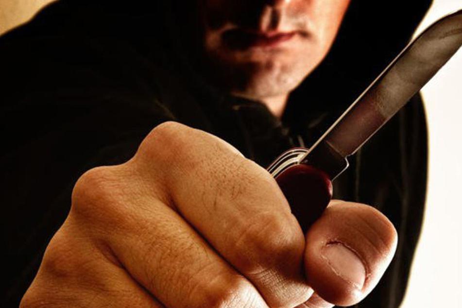 Vermutlich mit einem Messer wurde ein Mann vor einer Bar schwer verletzt. (Symbolbild)