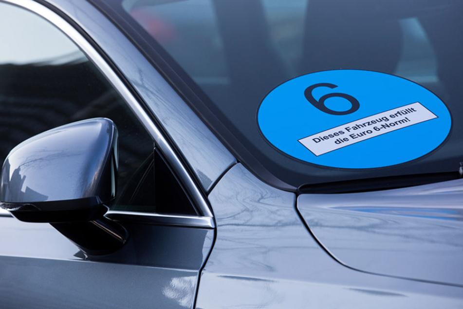 """Ein Autohersteller wirbt mit einer blauen Plakette für ein Auto mit """"Euro 6""""-Norm. (Symbolbild)"""