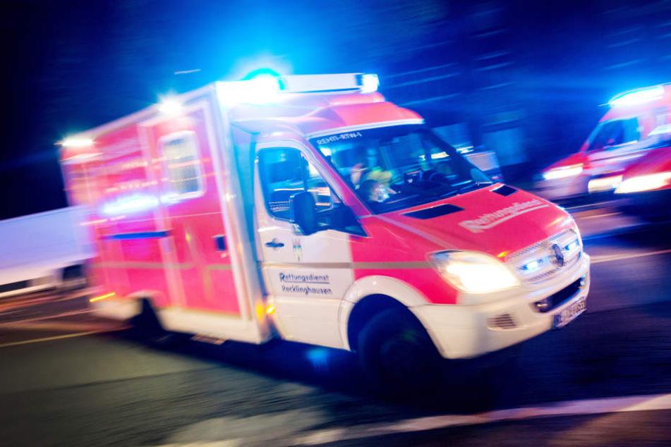 Die Frau wurde mit schweren Verletzungen in ein Krankenhaus gebracht.