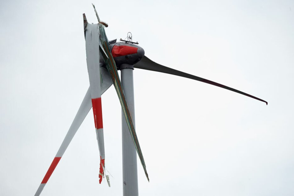 Der Windradflügel brach ab und landete am Ende auf der Autobahn und einer Kreisstraße.