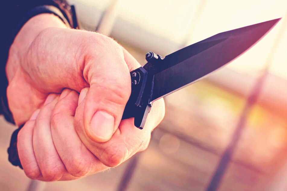 Der Auslieferer wurde von der Gruppe mit einem Messer bedroht. Dann gab er ihnen sein Geld (Symbolbild).