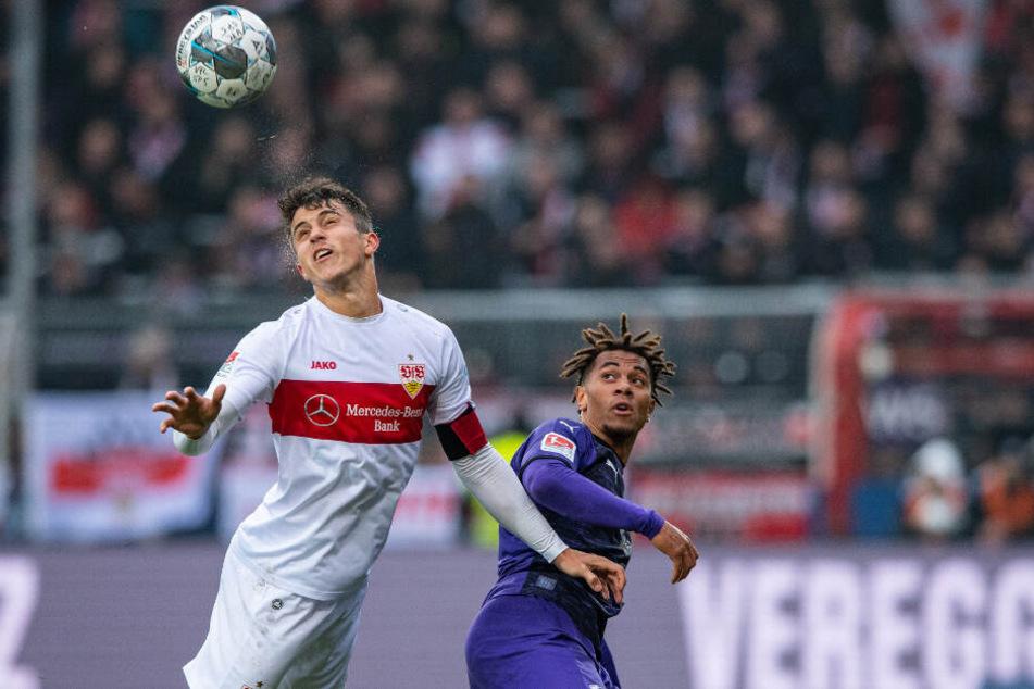 Stuttgarts Marc Oliver Kempf (l) und Osnabrücks Etienne Amenyido kämpfen um den Ball.