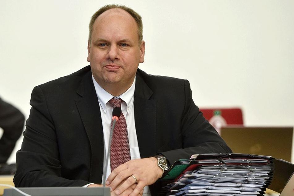 Unter den Augen von OB Dirk Hilbert hat der Stadtrat Donnerstag einen Plan für die Rettung des Wiener Platzes beschlossen.