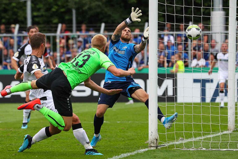 Starker kampf: Lars Lokotsch (M.) erzielt per Kpf das 3:3 für den SV Rödinghausen.