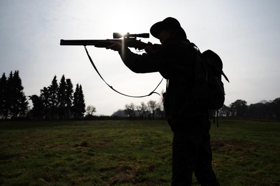 Ein Schuss löste sich aus der Waffe und streifte den Jäger am Ohr (Symbolbild).