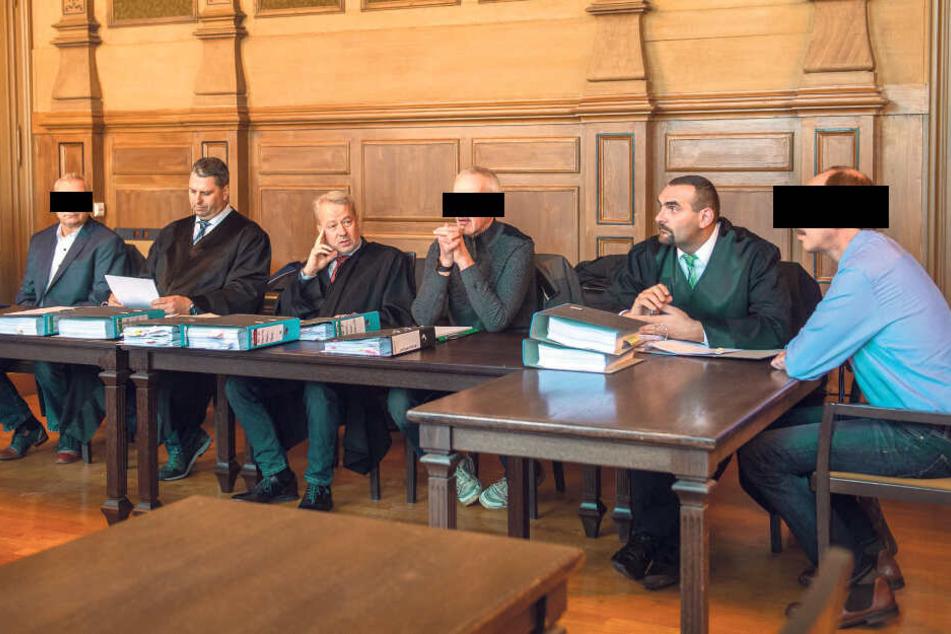 Die Polizeibeamten Thomas E. (54), Peter B. (49) und Thomas W. (50) sitzen wegen fahrlässiger Tötung auf der Anklagebank. Zur Aufklärung des Falls wurden vier Gutachten angefertigt.