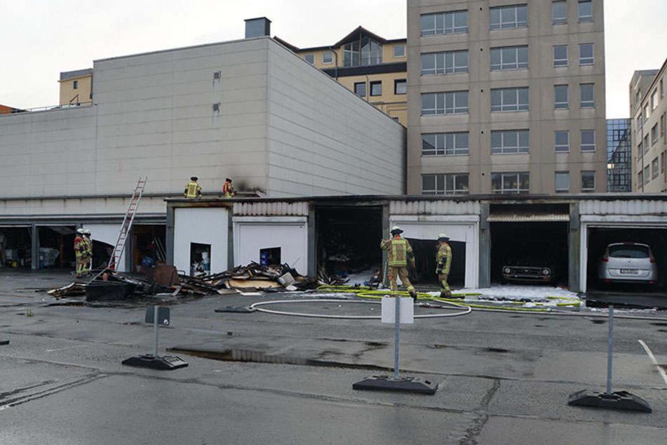 Garagenbrand nach Blitzeinschlag Feuerwehr räumt Flüchtlingsheim in Tempelhof