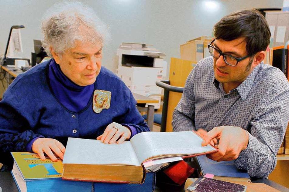 """""""Hertie""""-Enkelin June Jasen aus New York schaut sich in der Bautzner Stadtbibliothek Bücher der Familiensammlung an."""