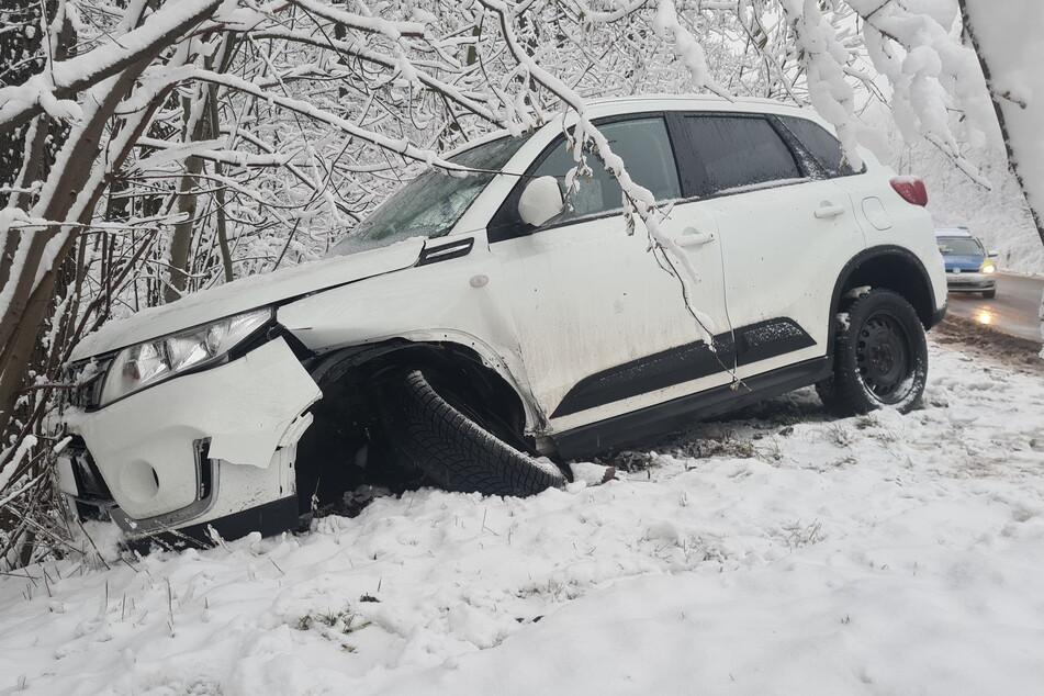 In Zwickau landete ein Suzuki in einem Gebüsch neben der Straße, die Fahrerin wurde verletzt.