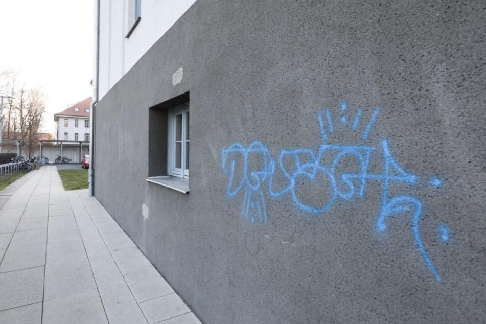 Am Verwaltungsgericht wurden diese Nacht mehrere Graffitis hinterlassen.