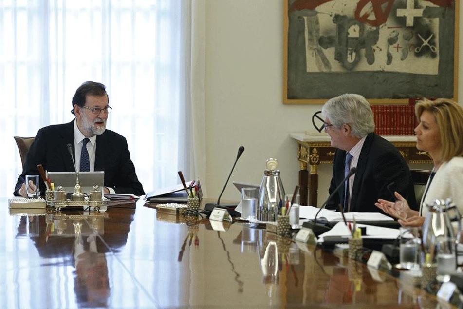 Der spanische Ministerpräsident Mariano Rajoy (l) leitet am 21. Oktober  in Madrid eine Kabinettssitzung.