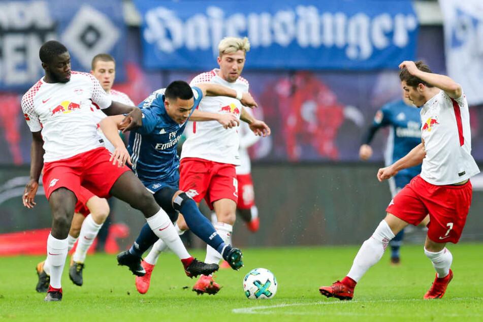 RB Leipzigs Dayot Upamecano (l.), Kevin Kampl (M.) und Marcel Sabitzer (r.) bei einem Spiel gegen den Hamburger SV.