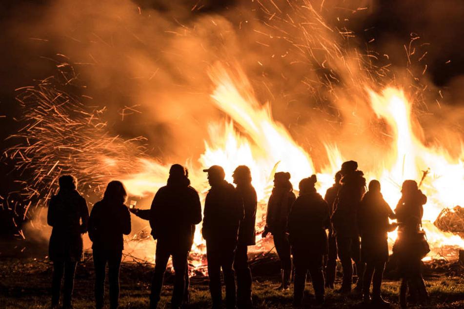 Um sich zu wärmen, hatten viele Menschen nah am Feuer gestanden, als es explodierte. (Symbolbild)