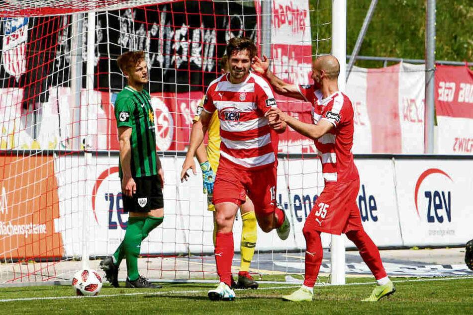 Im Vorjahr jubelten sie noch gemeinsam: FSV-Sturmtank Ronny König (l.) und Nico Antonitsch.