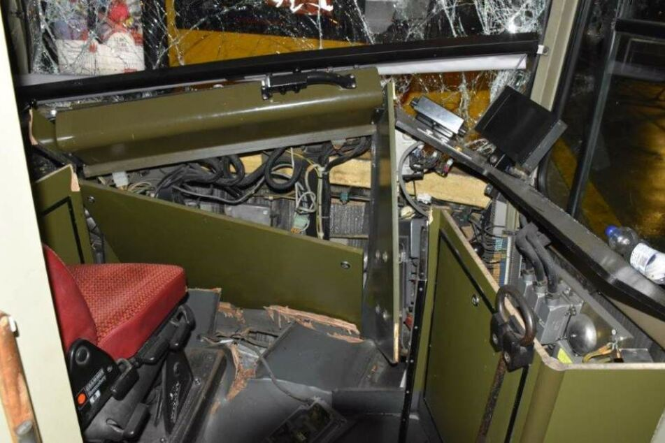 Die zerstörte Kabine der vorderen Bahn nach dem Straßenbahnunfall in Köln.