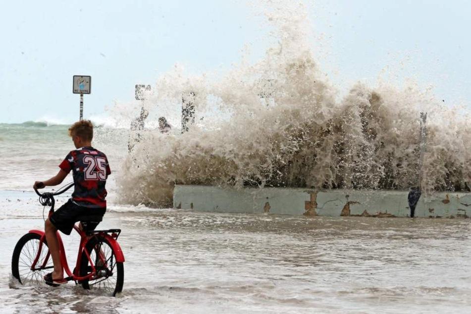 Die ersten Riesenwellen überschwemmen die Küste.