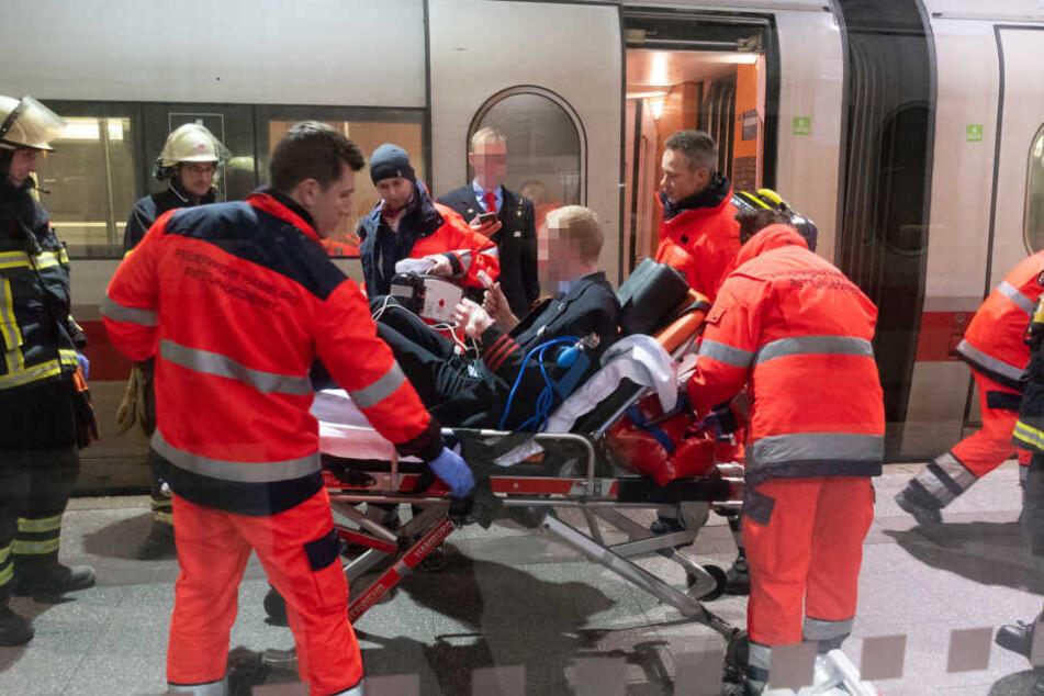 Die Rettungskräfte beim Abtransport des verletzten Zugbegleiters, der zu diesem Zeitpunkt bereits wieder ansprechbar ist.