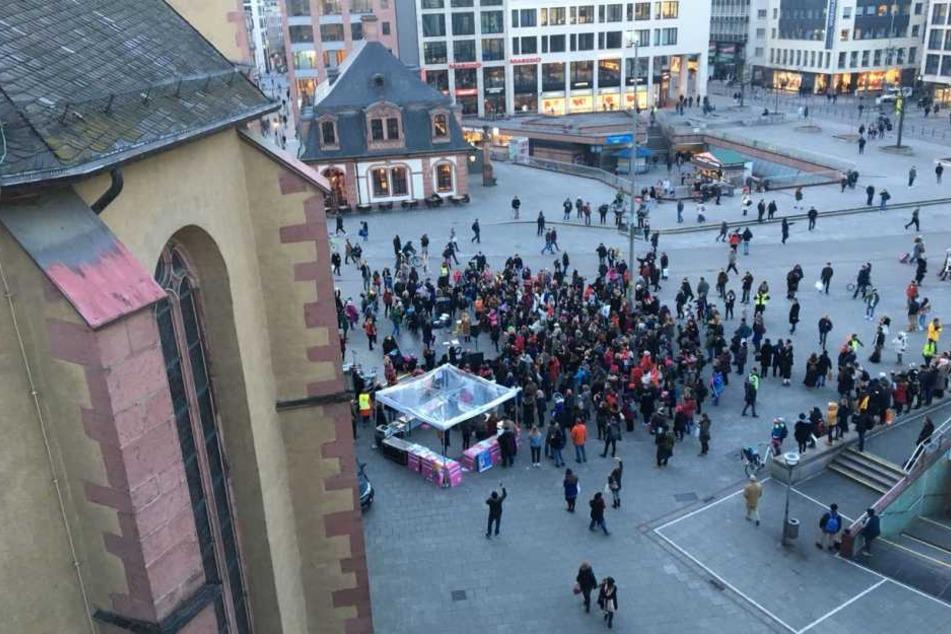 Die Demonstranten tanzten ausgelassen auf der Hauptwache.