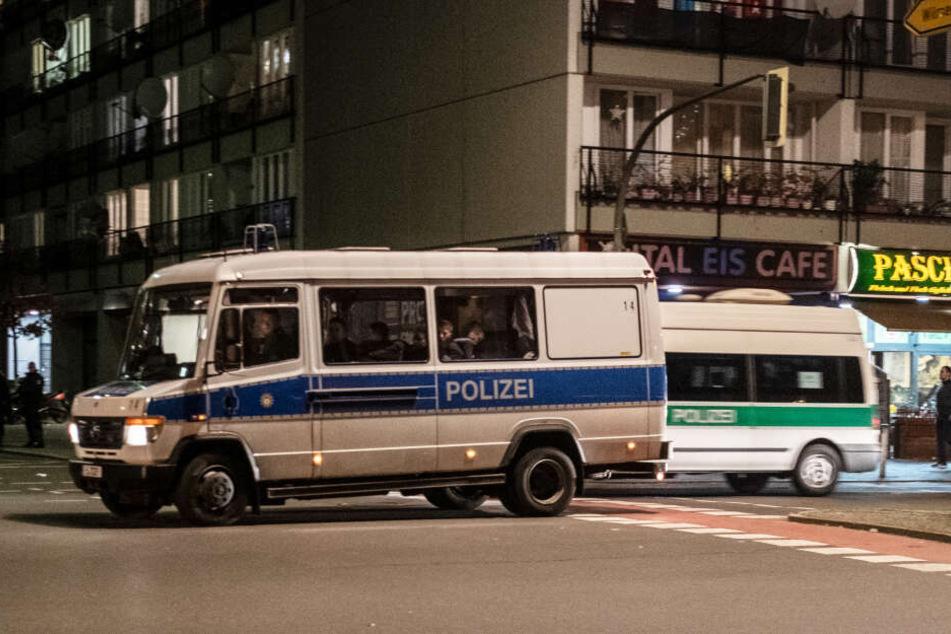 Polizeiwagen sicherten an Silvester das Böllerverbot in der Pallasstraße in Schöneberg ab.