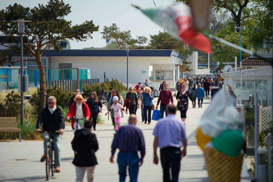 Fußgänger und Radfahrer sind auf der Strandpromenade in Niendorf unterwegs.