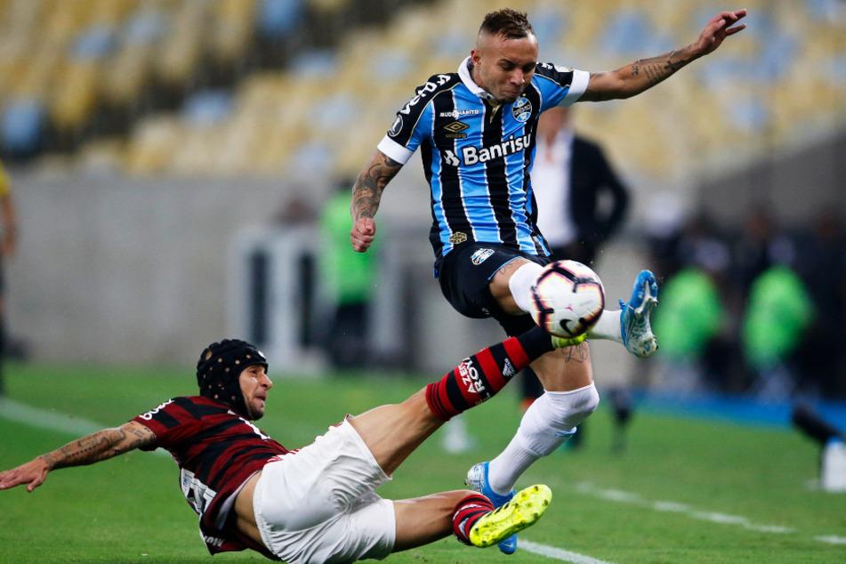 Everton (r.) im Duell mit dem Ex-Münchner Rafinha, der aktuell beim Meister Flamengo Rio de Janeiro unter Vertrag steht.