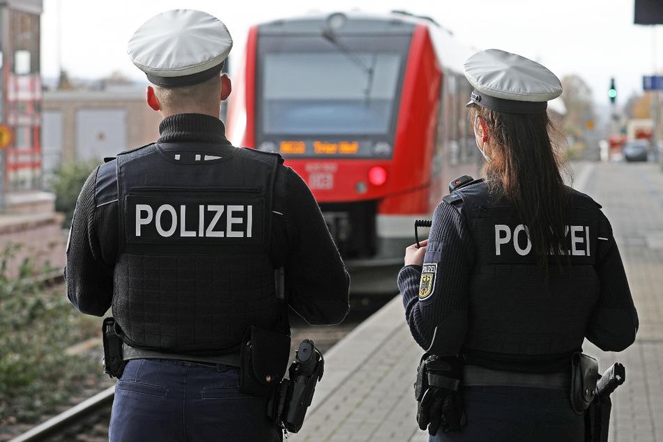 Beamte der Bundespolizei wurden am Bahnhof Traunstein attackiert. (Symbolbild)