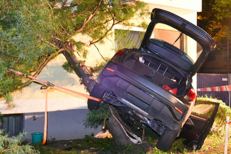 Audi kracht gegen Stromkasten und Baum: Fahrer (28) stirbt mitten in München