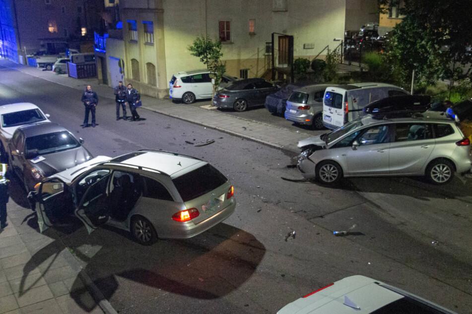 Mercedes-Fahrer kracht in Stuttgart gegen geparkte Autos und flüchtet